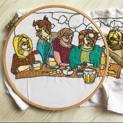 Inspirovala jsem se starokřesťanským výjevem poslední večeře, jenže jsem dění zasadila do současnosti a do fáze, kterou nyní prožívám, tedy vysokoškolské. Večeře se tak odehrává v prostorách hospody, na stolech jsou piva a cíga. Abych výjevu dodala ještě trochu na starobylosti, udělala jsem výšivku ve stylu vytráží, které mám spojené s kostely.
