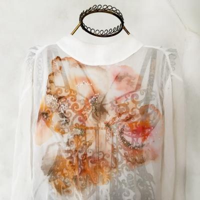tuto starodávnou a starokrásnou košilku jsem pouze obohatila o abstraktní dekor